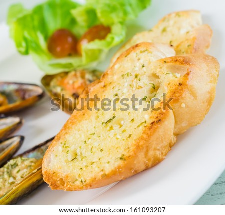 Garlice bread and mussel cheese