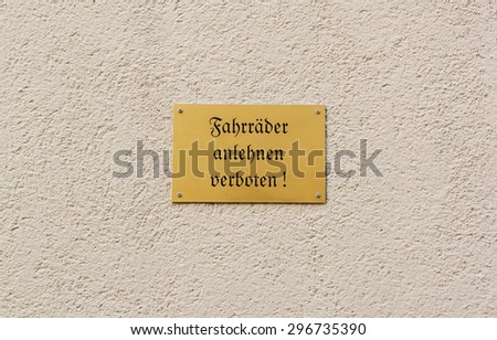 German sign on rendered wall forbids people to lean their bikes against the building: Fahrraeder anlehnen verboten! - stock photo