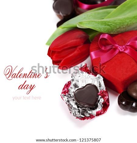 hộp quà tặng, sô cô la và hoa cho ngày Valentine (trên nền trắng).