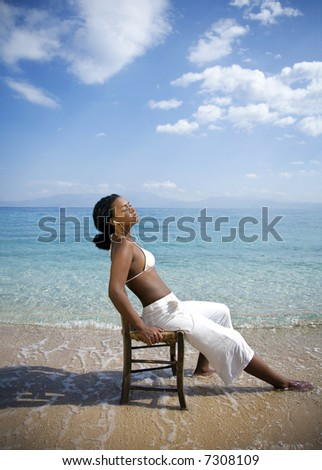 girl listenning to music in the sun