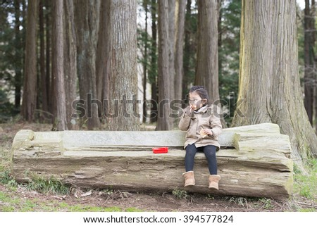 Girl to eat lunch in the forest
