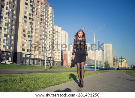 girl with long hair posing in the city streets