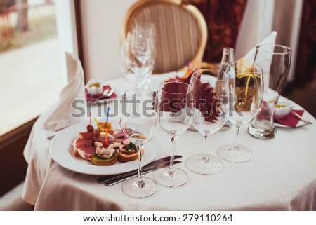 Glasses and snacks on a table in a restaurant