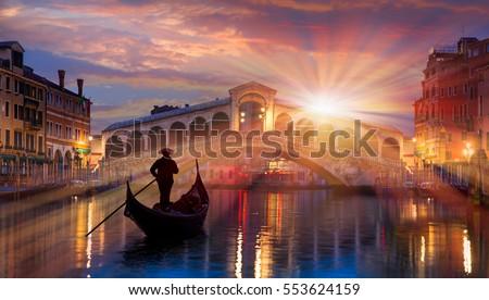 stock photo gondola near rialto bridge in venice italy 553624159 - Каталог — Фотообои «Венеция»