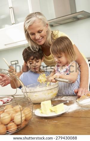 Старуха и внук на кухне 10 фотография