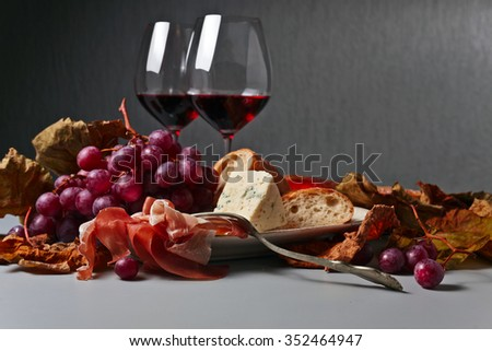 grapes , bread and snacks to red wine
