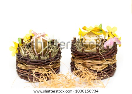 Great idea to surprise friends and acquaintances. To do this, you just need: Easter egg, multi-colored ribbons, a little hay and wicker basket
