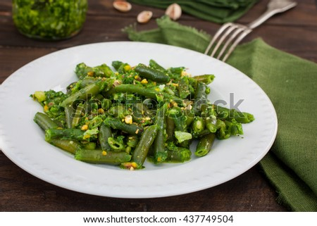 Green beans with pesto and pistachios, horizontal