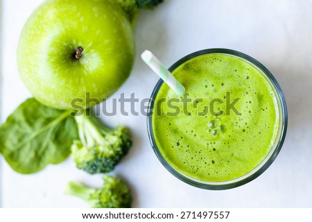 Green juice with broccoli, apple and spinach