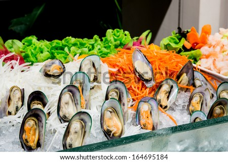 green mussel salad with green lettuce