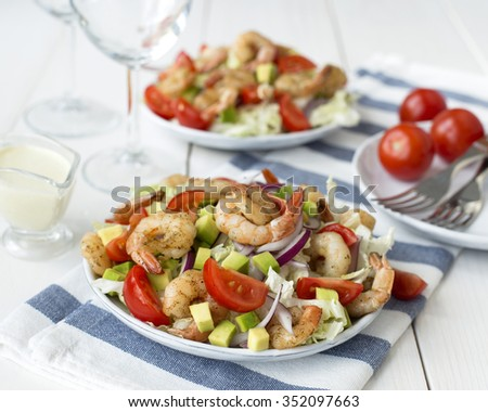 Green salad with spicy shrimps