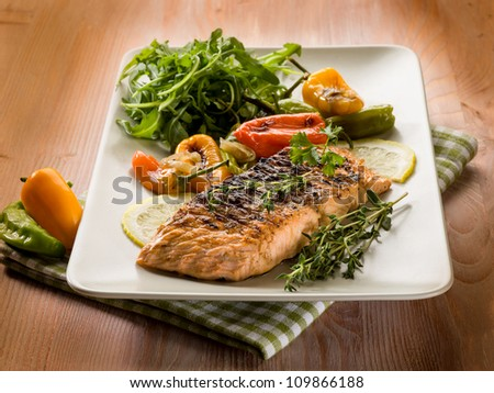 grilled salmon with capsicum and arugula