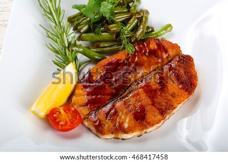 Grilled salmon with green beans and lemon