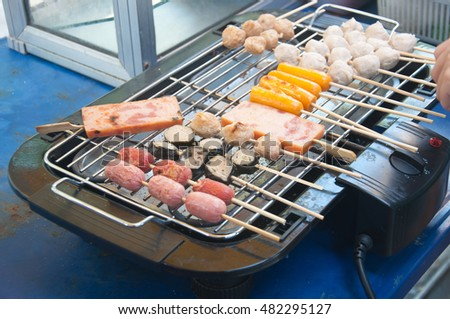 Grilling sausages on the electronic grill, Different sauasges and hotdog