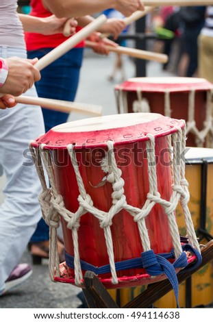 Group of musicians are playing on a drums