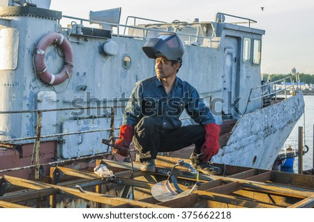Guest workers, gastarbeiter - professional welder, he builds a pleasure yacht rich man who bought an old warship and now rebuilds it for their own purposes.