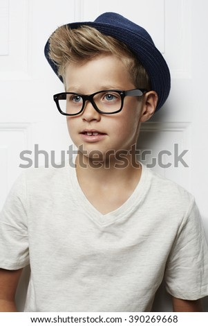 Guy in spectacles and hat, looking away