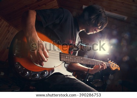 guy playing bass, guitar close-�³�·