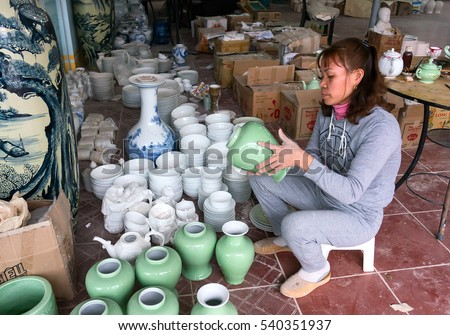 HAI DUONG, VIETNAM, February 14, 2016 the potter (unnamed) is working, traditional ceramic products