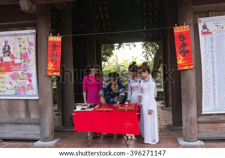 HAI DUONG, Vietnam, March 25, 2016 the people watching, calligraphy Vietnam, at the Temple, Confucius Temple MAODIEN, Hai Duong Province, Vietnam