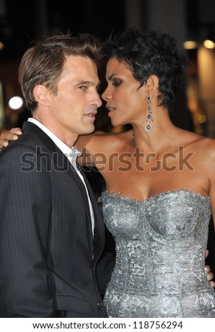 "Halle Berry & Olivier Martinez at the Los Angeles premiere of her new movie ""Cloud Atlas"" at Grauman's Chinese Theatre, Hollywood. October 24, 2012  Los Angeles, CA Picture: Paul Smith - stock photo"