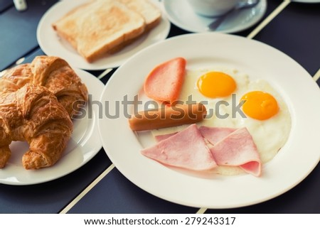 Ham breakfast served with coffee, toast and salads that taste good and smell the mold, which is very popular.