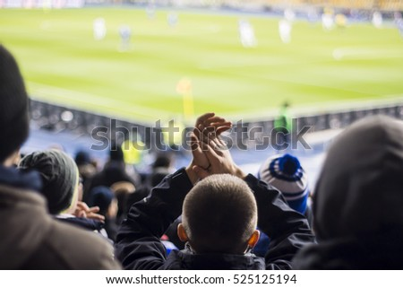 Hand fans who clap their hands at the stadium