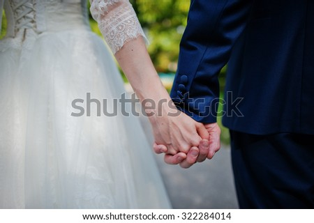 hand in hand of wedding couple
