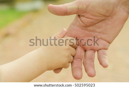 hand the child and father