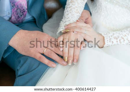 Hands newlyweds with rings