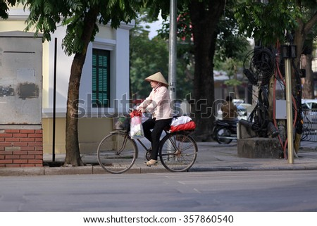 hanoi,vietnam, jan 3, 2016: Dailylife in hanoi, Street vendors in Hanoi's Old Quarter( Pho co Hanoi) this is culturel of hanoi, they sell everything, to food, flower, souvenir, fruits, etc...