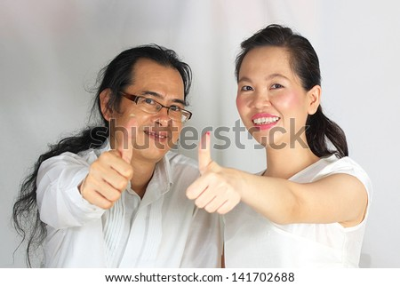 happy couple with thumbs-up