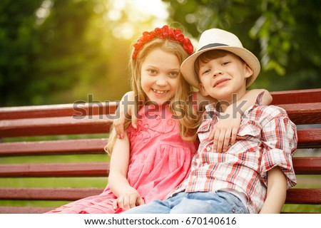 happy little kids boy girl huggingの写真素材 ロイヤリティフリー