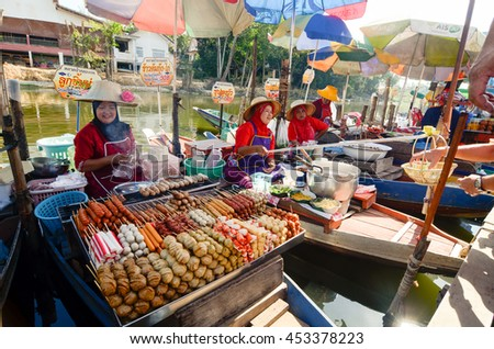 HAT YAI , THAILAND - 12 MEI 2015 : Khlong Hea Flooting Market , An interesting place where sellers sit in boat to sell us food. A lot variety of food available like fried vegetable crackers and all.
