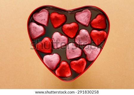 hộp trái tim với đồ ngọt