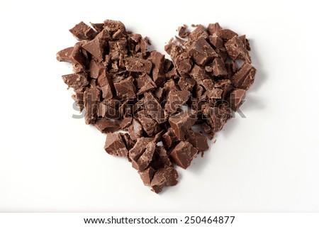 Tim làm với những miếng sô cô la trên nền trắng, Ngày Valentine, tập trung chọn lọc