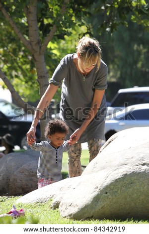 Heidi Klum & children playing in Coldwater Canyon Park, Los Angeles, CA. September 19, 2010  Los Angeles, CA Picture: Vinicius / Featureflash