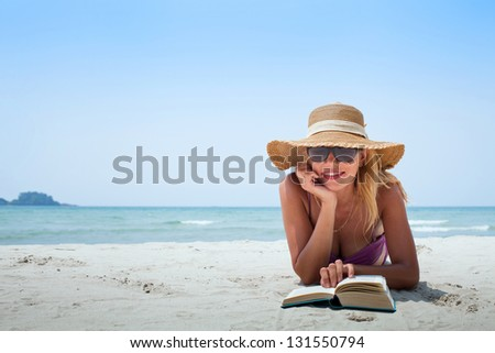 holidays on the beach, smiling woman in hat - stock photo