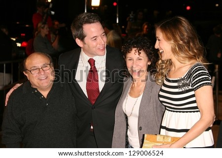 "HOLLYWOOD - NOVEMBER 12: Danny DeVito, Matthew Broderick, Rhea Perlman, Sarah Jessica Parker at the world premiere of ""Deck The Halls"" at Grauman's Chinese Theatre November 12, 2006 in Hollywood, CA"