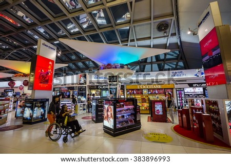 HONG KONG - FEBRUARY 22,2016: The passengers and shops in modern interiors building at Hong Kong International Airport.