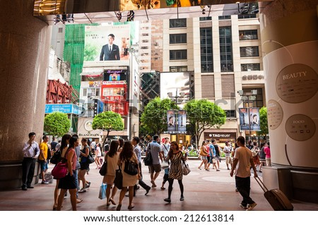 HONGKONG , CHINA-JULY 7 : Lifestyles of Hong Kong, popular with walkers. And take the metro in the main thoroughfare daily. at Russell Street on July 7,2014 in Hong Kong