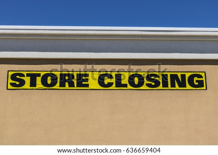 Horizontal Close Up Shot Of Store Closing Sign On A Retail Mall Business I