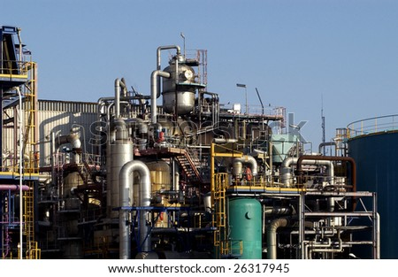 horizontal picture of an oil refinery