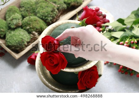 How to make etagere with flowers and plants. Floral decoration with red roses, mistletoe and moss. Step by step, tutorial.