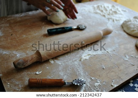 How to prepare homemade pasta with flour, eggs, salt and rolling pin