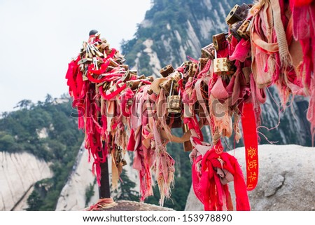 Huashan mountain scene  Huashan Mountain is one of famous Mountains in China  It is located in SHanxi province CHina, 120 kilometers away from Xi  an  - stock photo