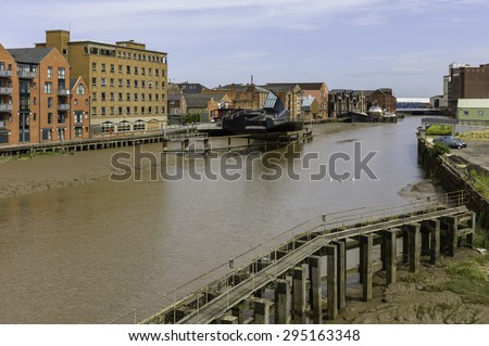 Hull, Humberside, UK. River Hull at low tide with view of Scale Lane swing brige (open), beached obsolete ship, and flanked by buildings near the estuary, Hull, Humberside, UK. - stock photo
