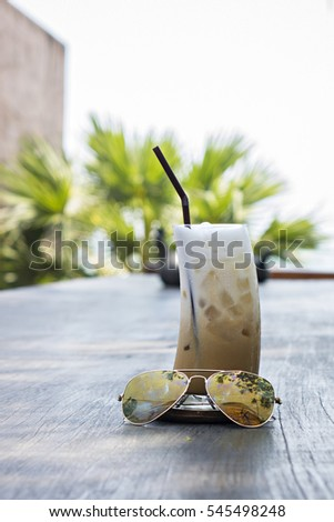 Ice coffee cup with handle with sunglasses