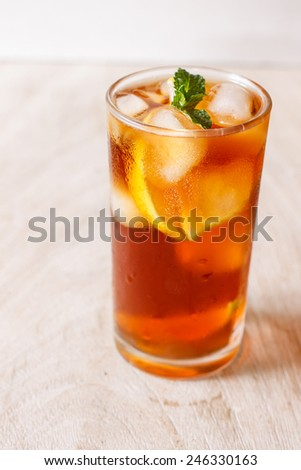 Iced sweet tea with lemon