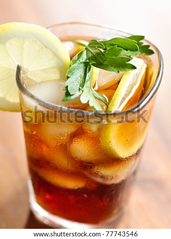 iced tea closeup with selective focus on garnish.
